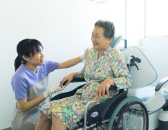 車椅子でも治療する診療台